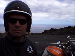 Le motard solitaire en est souvent réduit à faire un pauvre selfy, pour se prouver qu'il existe et ne pas perdre la raison