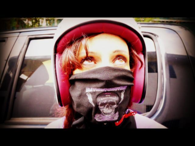 Elle proteste car elle ne veut pas poser, mais grâce au scarf de chez Claymotorcycles, on ne voit rien, et on n'entend rien : magique !