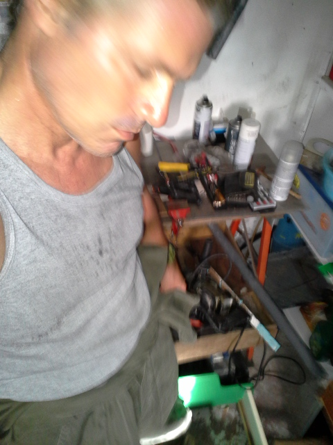 Hey ! C'est dur de faire un selfie combi dans l'atelier !