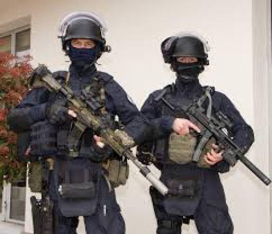 -On vient fumer le terroriste... -Désolé les gars, mais vous pouvez pas entrer avec les casques !