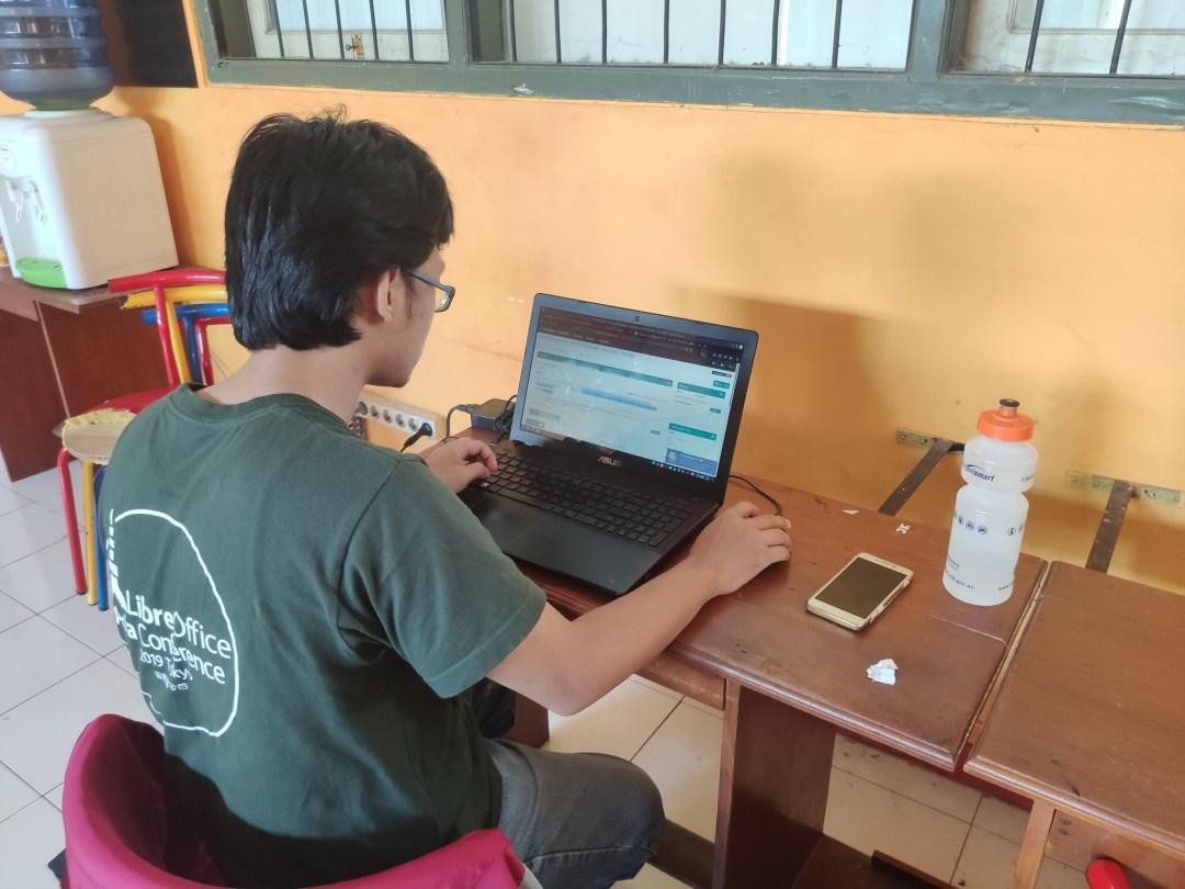 Pak Stanis sedang menerjemahkan LibreOffice
