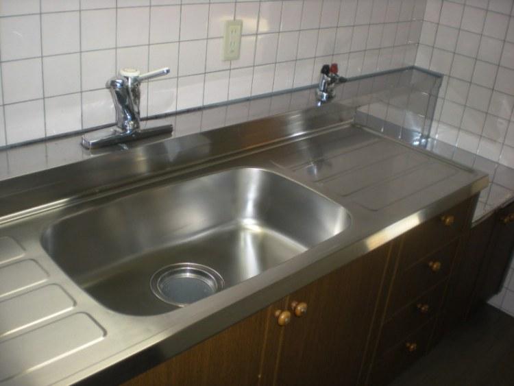 八尾市マンションでシンク磨きとフローリングのハクリ洗浄