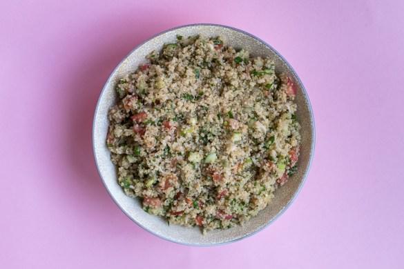 Quinoa-Tabouleh mit Tomaten und Salatgurke
