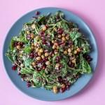 Bunter Superfood Salat mit Blattspinat, Kichererbsen und Grantapfelkernen