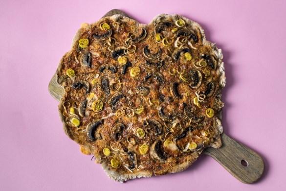 Glutenfreie Buchweizenpizza mit Champignos, Lauch und Parmesan