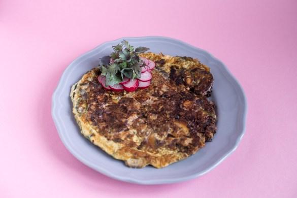 Rotkraut-Pilz-Omelette mit Radieschen & Microgreens
