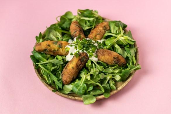 Frühlingssalat mit marokkanischen Kartoffelkroketten
