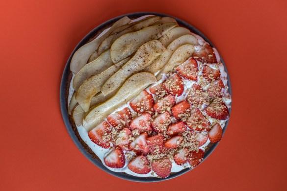 Karotten Zucchini Kuchen mit Vanillecreme & Obstgarnierung