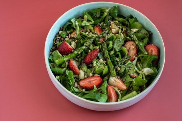 Linsensalat mit Spargel, Erdbeeren & Vogerlsalat