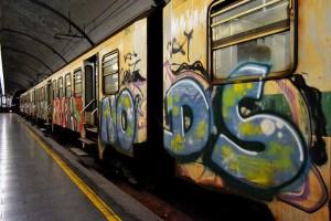 trein volledig beklad met graffiti