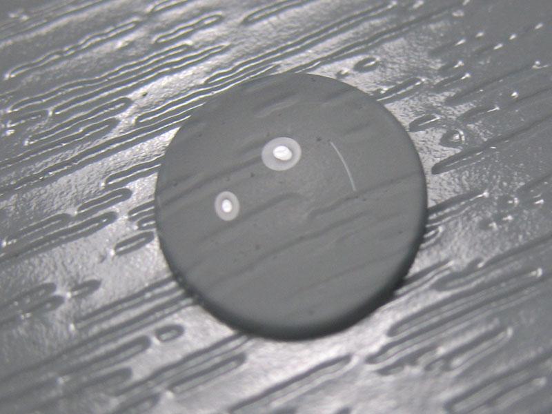 waterdruppel op kunststof dat is voorzien van nanocoating