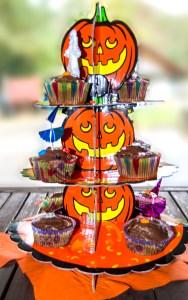 Cupcakes au chocolat sur présentoir Halloween