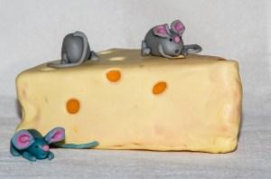 Souris mangeant du fromage