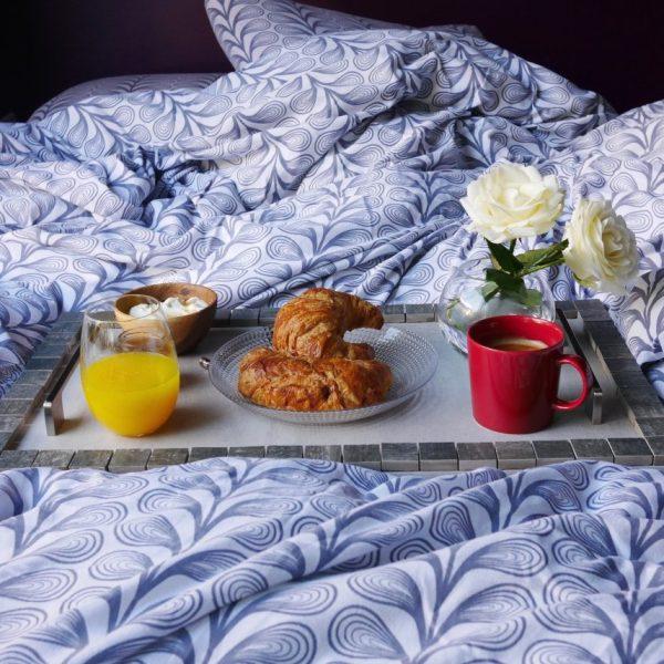 diy recup petit dejeuner lit orange cafe croissant plateau