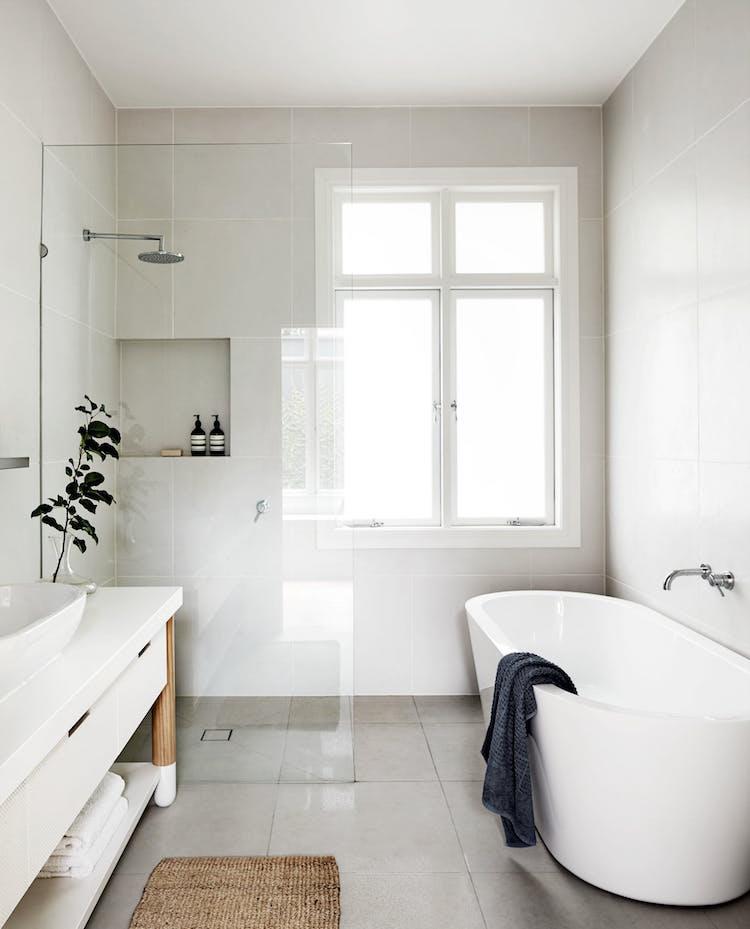 petite salle de bain blanche epuree zen douche italienne sisal
