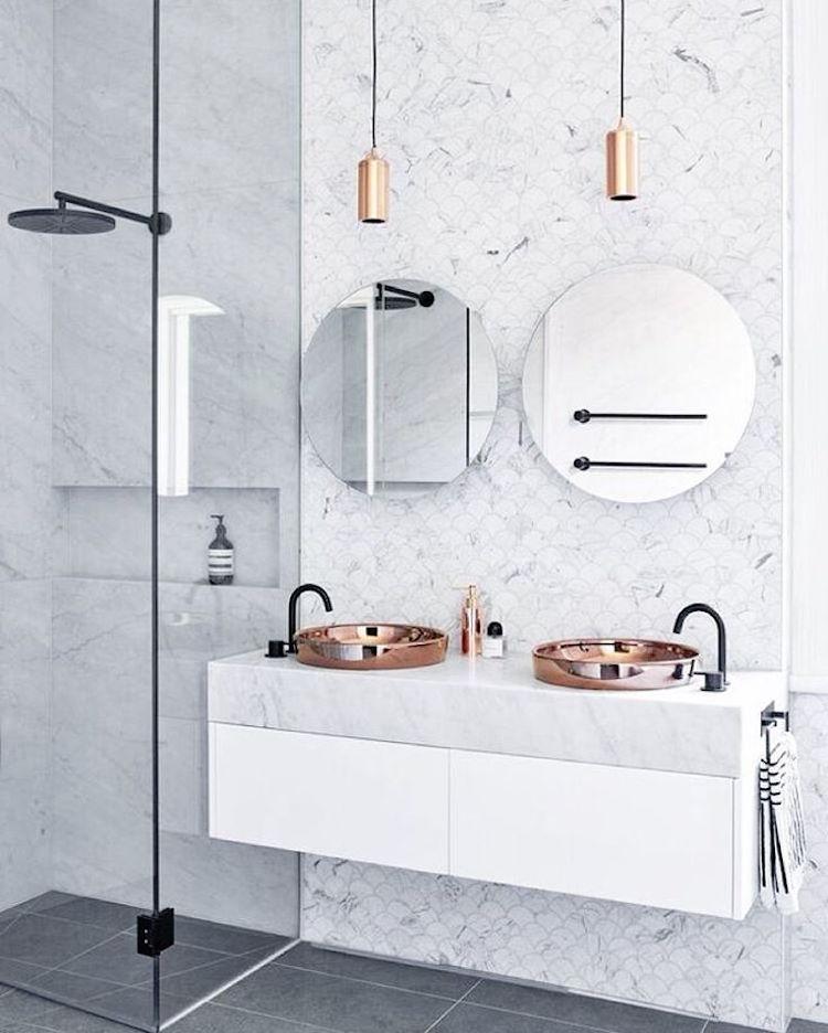 petite salle de bain marbre blanc douche italienne style art deco cuivre laiton