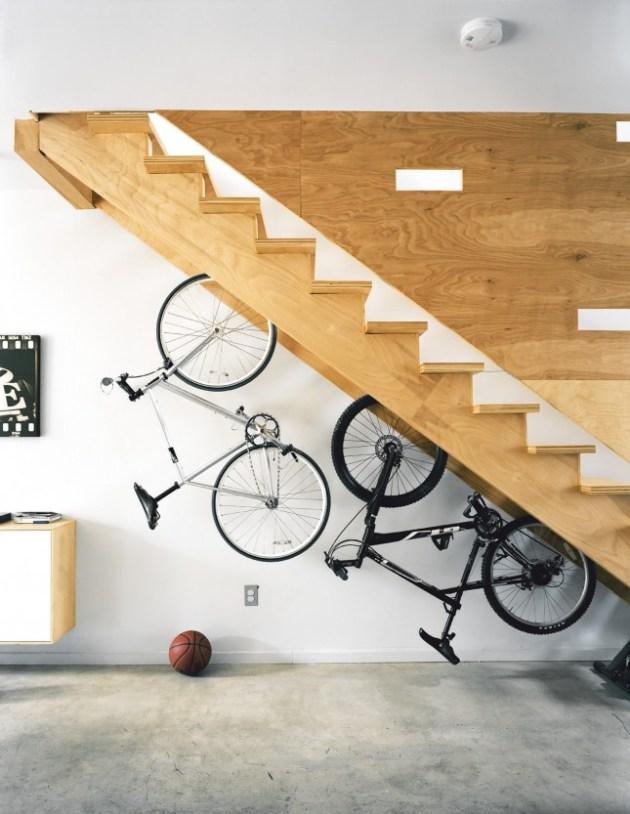 rangement à vélo appartement sous escalier étagère suspendue aménager un dessous d'escalier