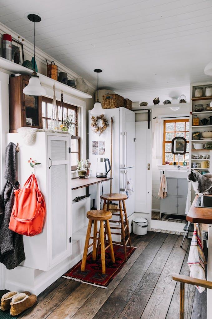 Petite Maison Simple Cuisine Tabouret Frigo Aménagement Petit Espace 15m2  Rangement Parquet Bois Roulotte Rénovation