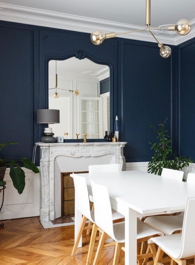 Appartement Chic Parisien Salle à Manger Parquet Bois Table Blanche Chaise  Sous Bassement Blanc Cheminée