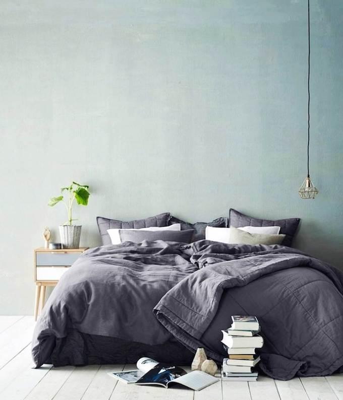 décoration vert céladon chambre lit double gris vert lampe - blog déco - clem around the corner
