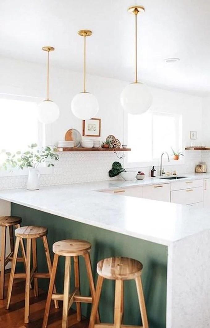décoration vert céladon cuisine ouverte tabouret bois lampe dorée - blog déco - clem around the corner