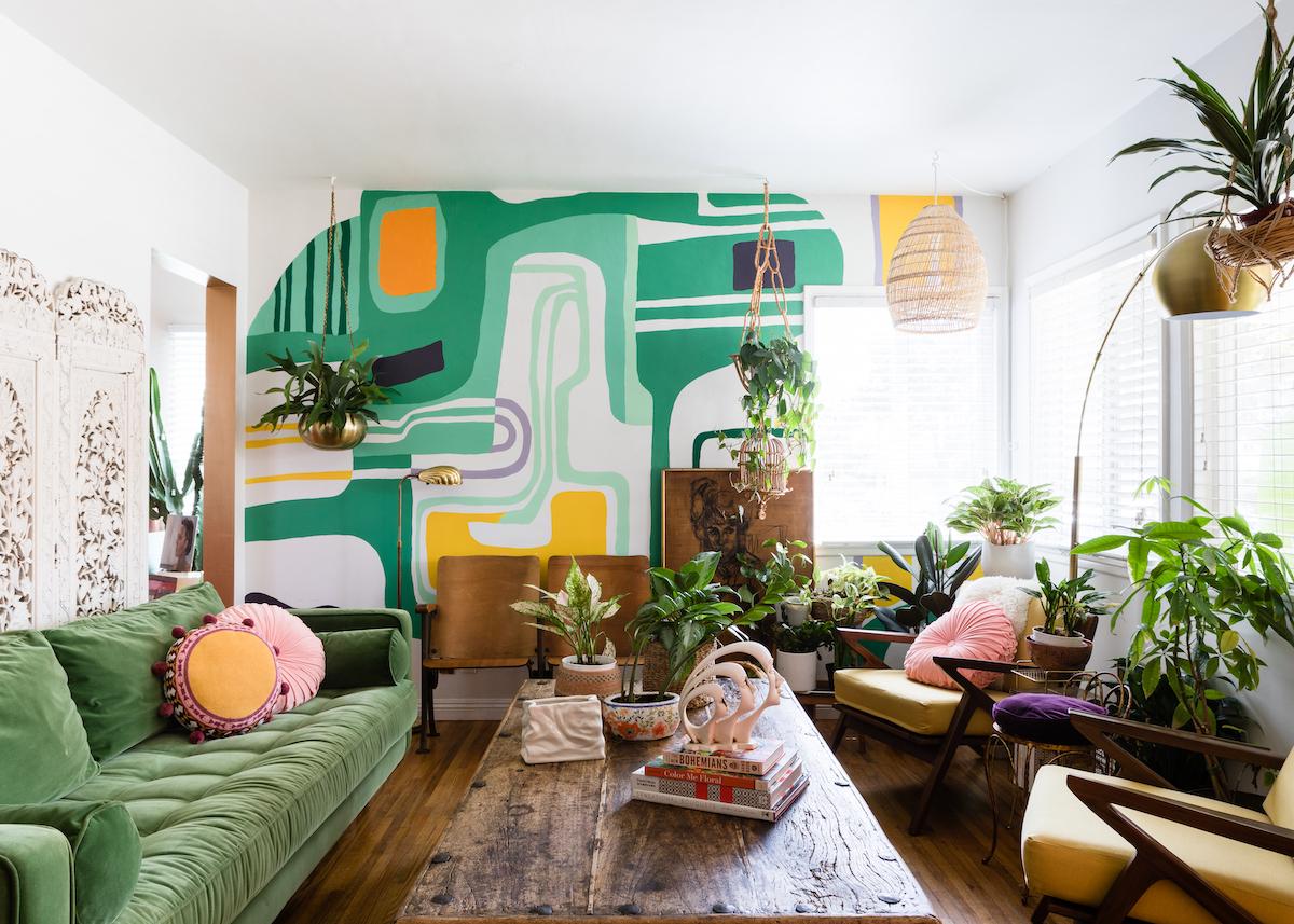 Maison Maximaliste Salon Vert Mur Coloré Table Bois Esprit Urban Jungle    Blog Déco   Clem