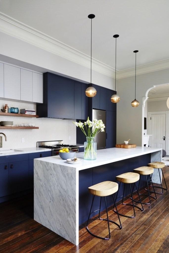 cuisine bleue tendance îlot central comptoir marbre - blog déco - clem around the corner