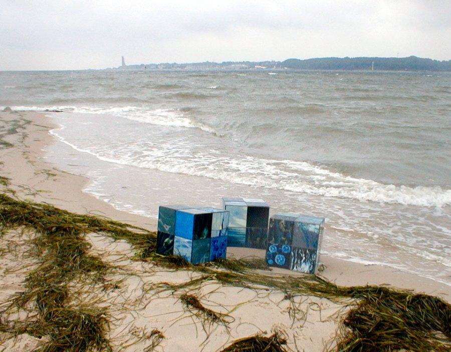 drei würfel aus je 24 hinterglasmalereien (die farben der see, mit claudia sperlich, firma.ment) 2001, kantenlänge 40 cm