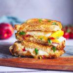 Grilled cheese à la nectarine, mozzarella et basilic