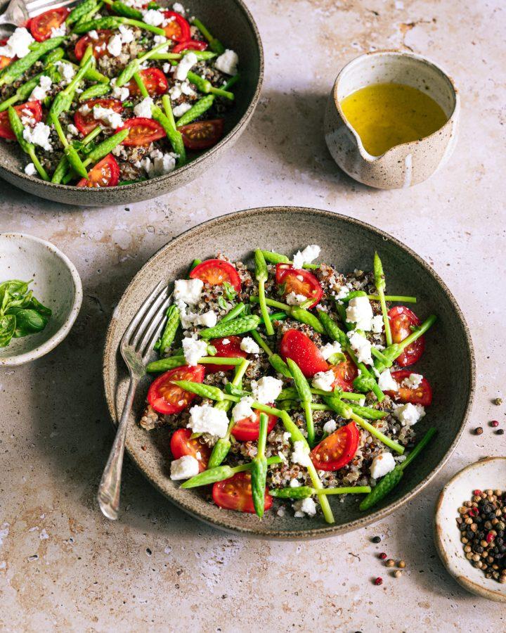 deux assiettes de quinoa, asperges sauvages, tomates et feta
