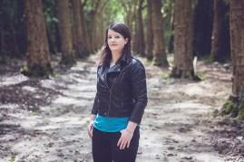 Clem debout dans une allée bordée d'arbres