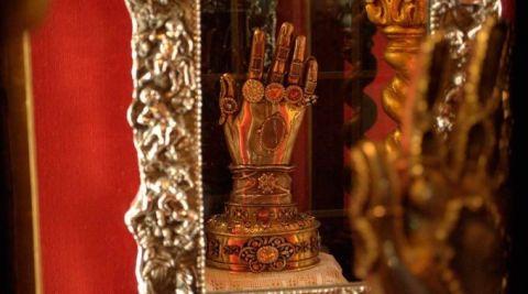 Esta é a manopla de Infinity War ou uma relíquia católica?   Cléofas