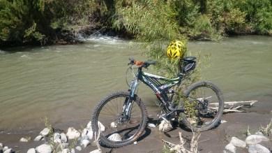mi cleta sobre el rio choapa