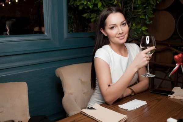 Девушка с вином
