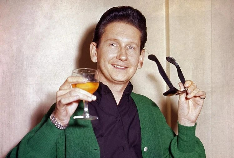 Roy Orbison without sunglasses - and you can even see his eyes