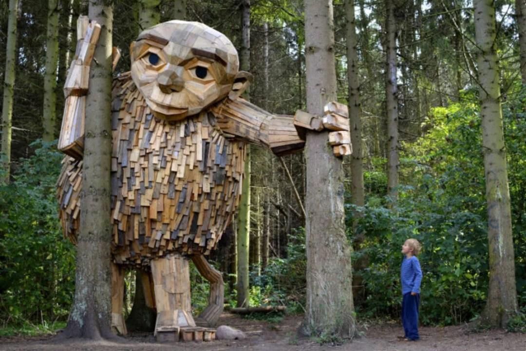Artista esconde  enormes esculturas de madeira em uma floresta dinamarquesa