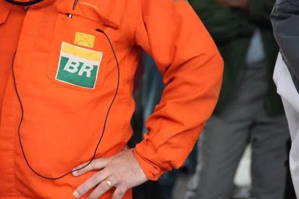 Resultado de imagem para Petrobras anuncia plano de demissão voluntaria e outros cortes operacionais