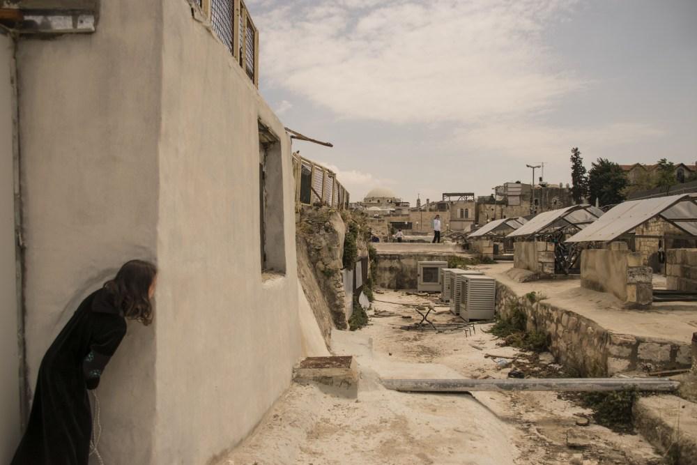 Bimbi che giocano sui tetti del quartiere ebraico a Gerusalemme