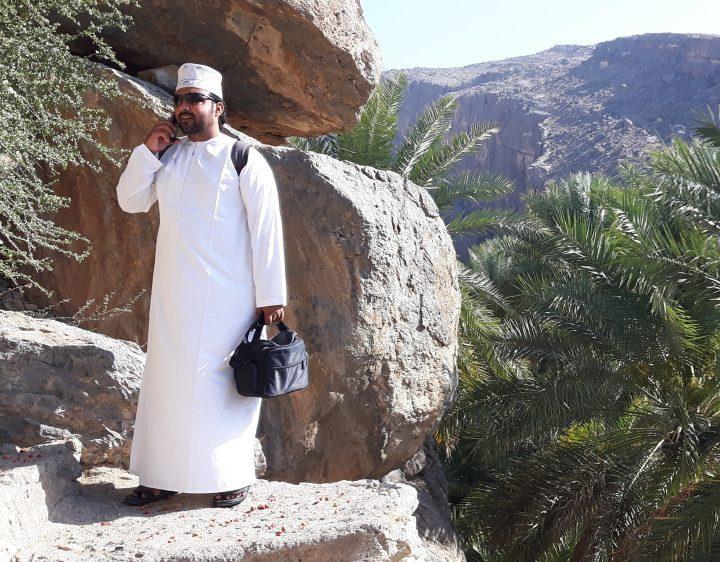Adil nella radura di Misfat in Oman durante il nostro trekking