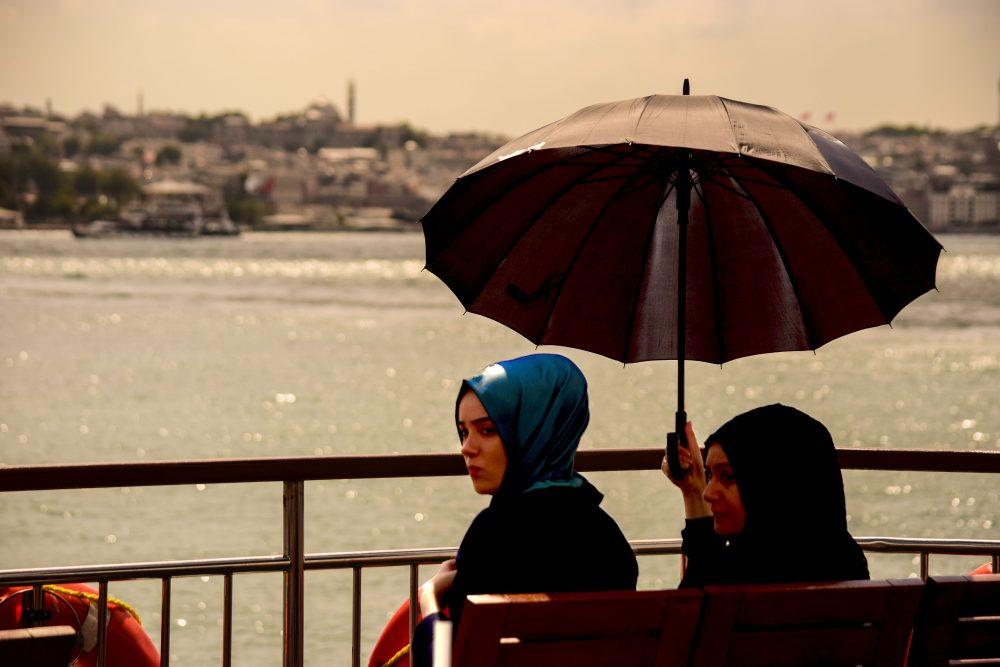 Donne turche sul battello che attraversa il Bosforo a Istanbul