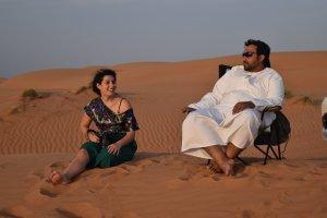 Rossana e Adil tra le dune del deserto Wahiba Sand in Oman