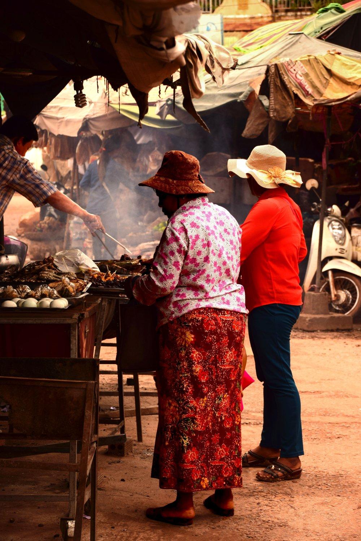 Donne al mercato del cibo in Cambogia nei pressi di Siem Reap