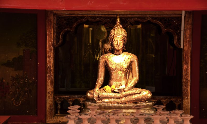 Una statua del Buddha nel tempio di Wat Intharawihan