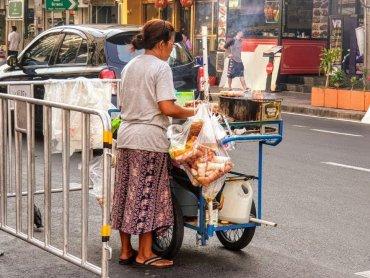 Bangkok venditrice di street food