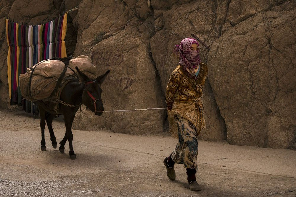 Marocco Gole Todra: Una Ragazza delle Tribù Nomadi che Popolano questa Zona