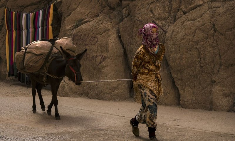 Marocco Gole del Todra: Una Ragazza delle Tribù Nomadi che Popolano questa Zona