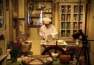 Porto Casa Oriental Chef che prepara le Sardine per le scatolette