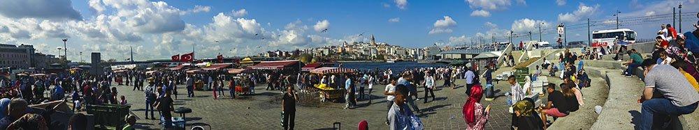La piazza presso il Ponte di Galata ad Eminonu