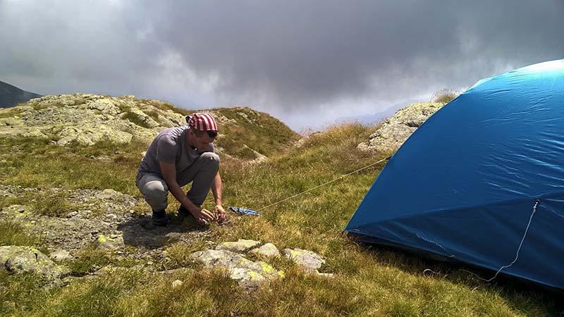 Enrico monta la nostra tendina poco distante dal rifugio Benigni