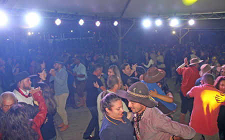 Festa Campeira (vídeos): Atrações da 1ª noite levam multidão à Sentinela do Sul